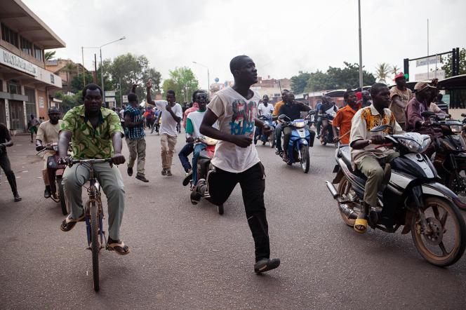 Des habitants de Ouagadougou rassemblés dans le centre de la ville viennent d'apprendre la démission de Blaise Compaoré.