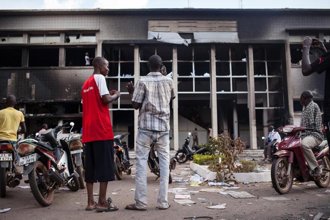 Devant l'Assemblée nationale incendiée à Ouagadougou, vendredi.