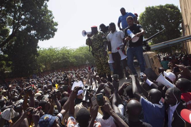 Dans la journée, le lieutenant-colonel Zida prend la parole face aux manifestants pour annoncer la démission de Blaise Compaoré.