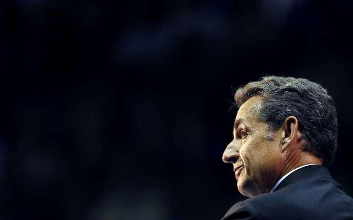Conséquence de la « défiance » à son égard, Nicolas Sarkozy voit son avance sur Alain Juppé se rétrécir dans sa course à la présidence de l'UMP.