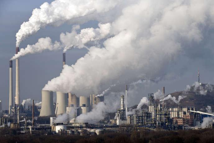 Pour garder le cap des 2°C, les émissions mondiales de gaz à effet de serre doivent être réduites de 40 à 70% entre 2010 et 2050, et disparaître totalement d'ici à 2100.