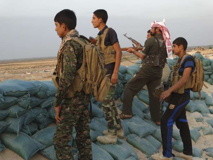 Des combattants sunnites hostiles à l'EI dans la province d'Anbar, le 31 octobre 2014.