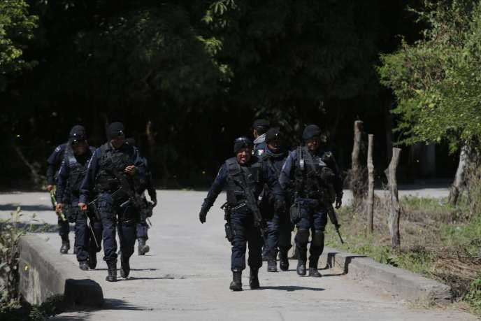 La police fédérale patrouille sur une route de Cocula près de Iguala, dans l'état du sud-ouest de Guerrero, le 2 novembre 2014.