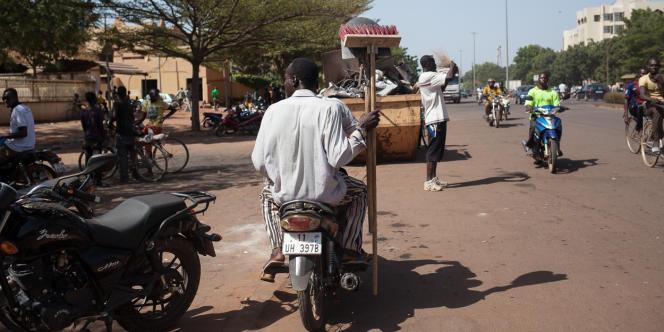 Des groupes de jeunes ont nettoyé les rues de Ouagadougou, jonchées de débris, carcasses et pneus brûlés.
