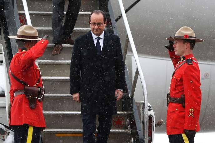 François Hollande à son arrivée à l'aéroport de Calgary, le 2 novembre.