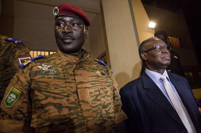 Le lieutenant-colonel Isaac Zida et Jean-Baptiste Ouédraogo (ancien président et médiateur éphémère) à Ouagadougou, après une réunion de concertation entre l'armée et les partis de l'opposition.