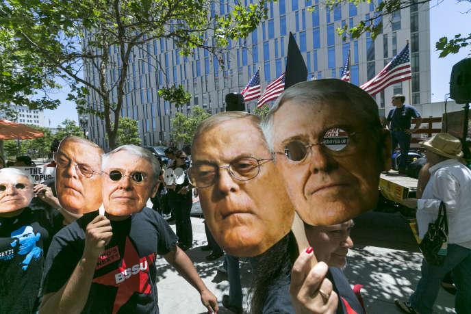 Manifestation contre les frères Koch, en mai 2013, alors que ceux-ci s'étaient déclarés intéressés par l'achat du «Los Angeles Times».