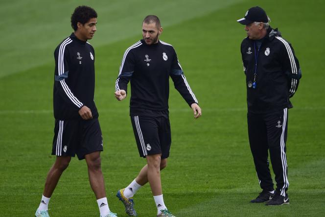 Karim Benzema et Raphaël Varane, les deux Français du Real Madrid, passent devant leur coach italien Carlo Ancelotti.