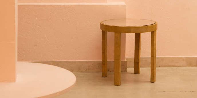 Table d'appoint ronde gainée de galuchat beige à quatre pieds droits et plateau encastré en miroir, Jean-Michel Frank.