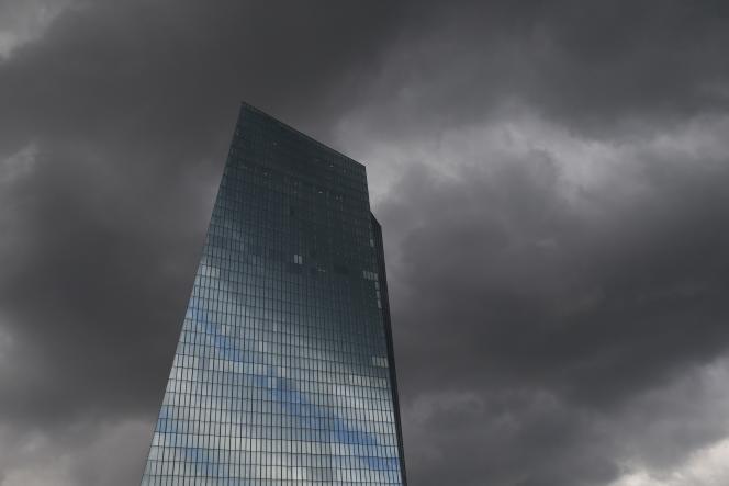 Le nouveau siège de la BCE à Francfort, par temps d'orage.
