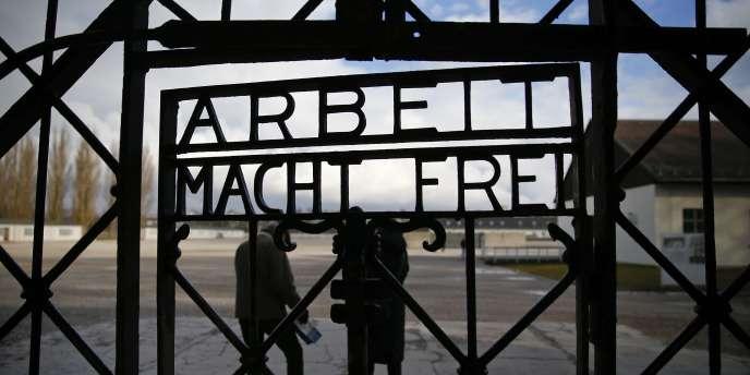 L'entrée du camp de concentration de Dachaud, avant le vol du 2 novembre.
