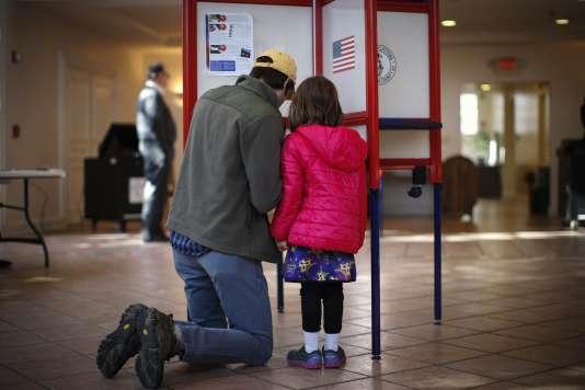 Un  citoyen américain vote lors des élections de mi-mandat, le 4 novembre 2014 à New York.