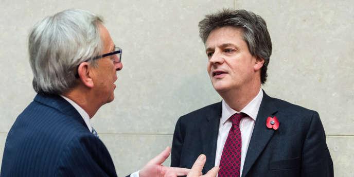 Le président de la Commission européenne, Jean-Claude Juncker, avec Jonathan Hill, commissaire européen aux services financiers, le 5 novembre 2014.