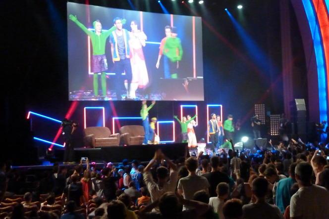 Cyprien, Squeezie et leurs amis Youtubers le 9 septembre 2014 sur la scène du Grand Rex lors du spectacle en direct