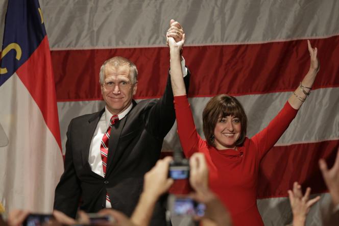 Thom Tillis, sénateur républicain de Caroline du Nord, au côté de sa femme, à Charlotte, au cours de la soirée du 4 novembre.