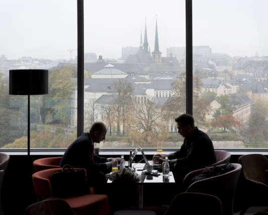 Vue de la ville de Luxembourg depuis la fenêtre d'un hôtel de luxe.