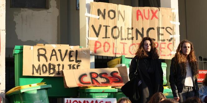 L'entrée du lycée Ravel, à Paris, bloqué par des élèves, jeudi 6 novembre.