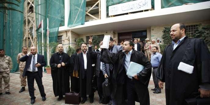 Des avocats libyens célèbrent la décision de la Cour suprême libyenne, jeudi6novembre 2014.