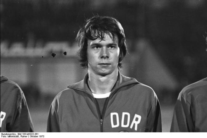 Jürgen Sparwasser, milieu de terrain de l'équipe de football d'Allemagne de l'Est, en 1973.