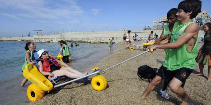 Volontaires du service civique sur une plage du Prado, à Marseille, en 2010. Ils étaient 6 000 dès la première année, et sont actuellement 35 000.
