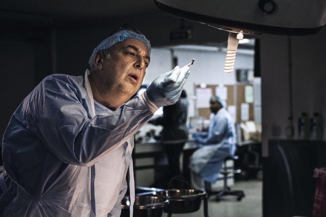 Scènes de crime, autopsies, police scientifique (ici, un médecin légiste)...