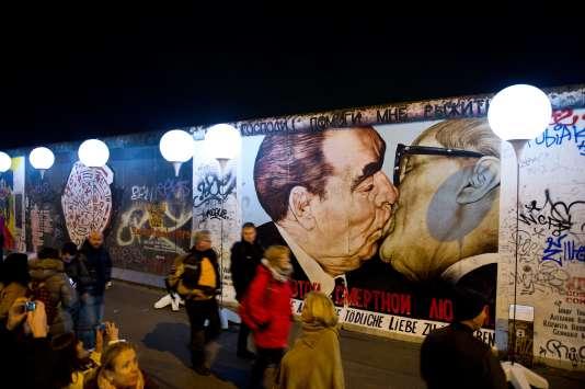 A Berlin, une petite partie du mur qui séparait les parties est et ouest durant la guerre froide a été conservée, et des artistes ont été invités à y peindre des fresques.