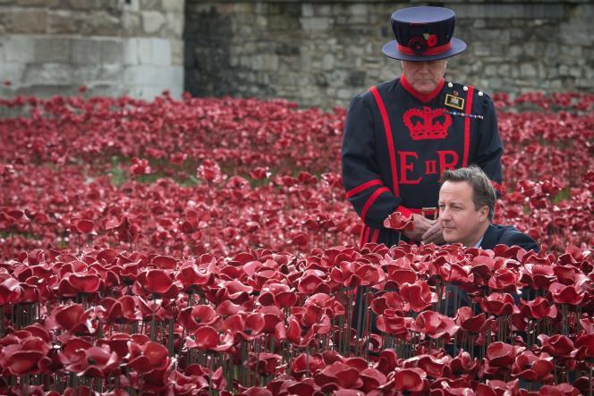 Le premier ministre, David Caleron, plante un coquelicot devant la Tour de Londres. Le 11 novembre, 888 246e coquelicot de céramique aura été planté, autant que de soldats britanniques tués au combat entre 1914 et 1918.