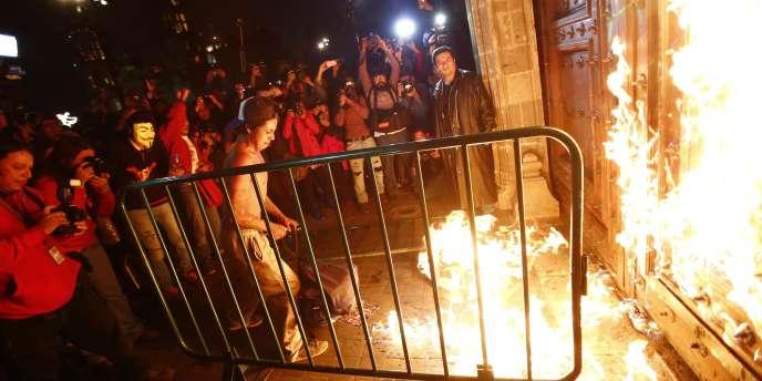 Des étudiants ont mis le feu à la porte en bois du palais où le président organise les cérémonies officielles.