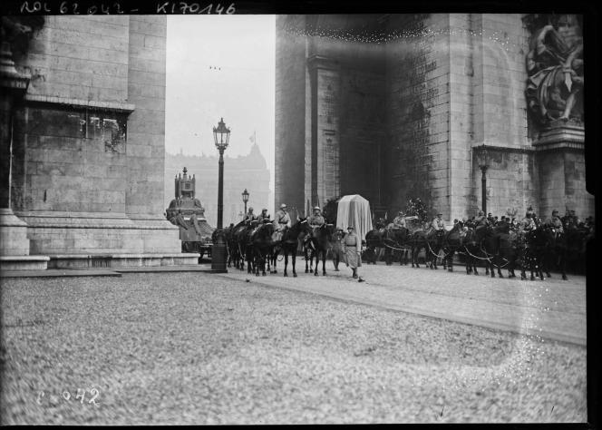 Cérémonies du 11 novembre 1920, le char décoré transportant le cœur de Gambetta et le canon transportant le cercueil du soldat inconnu sous l'Arc de triomphe.