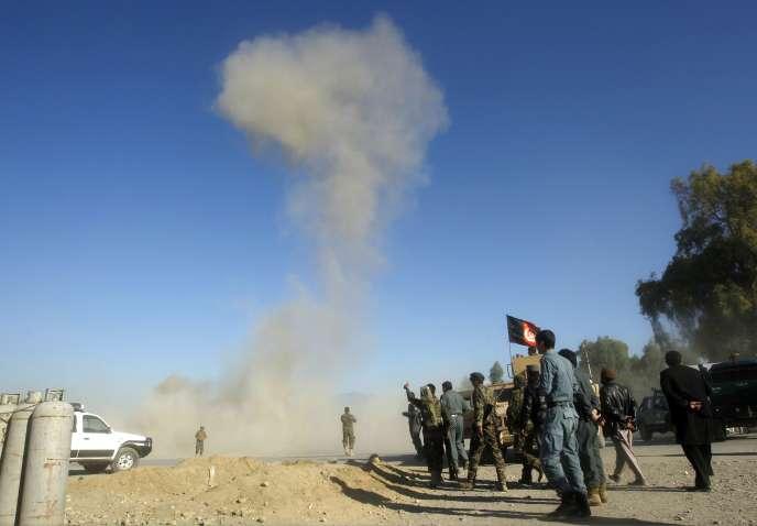 De la fumée s'élève dans le ciel de Jalalabad après un attentat, le10novembre2014.
