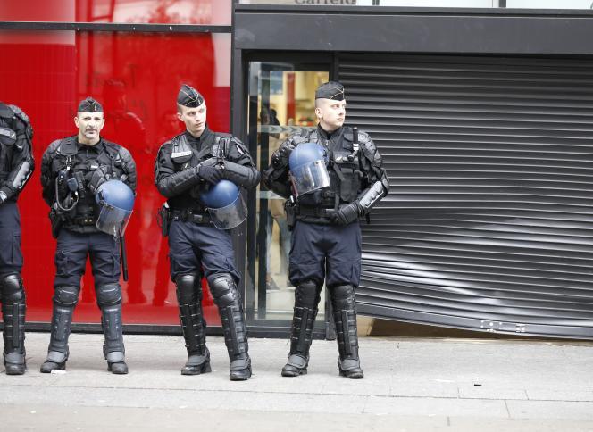 Patrouille des gendarmes à Saint-Denis, le 10 novembre.