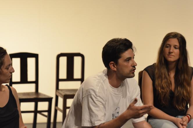 L'auteur,  metteur en scène, acteur Tiago Rodrigues présente