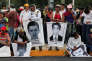 Les proches des 43 étudiants portés disparus à Iguala manifestent, le 10 novembre 2014. Selon une enquête de la Commission interaméricaine des droits de l'homme, leurs assassins présumés auraient été torturés, laissant planer le doute sur la version officielle.