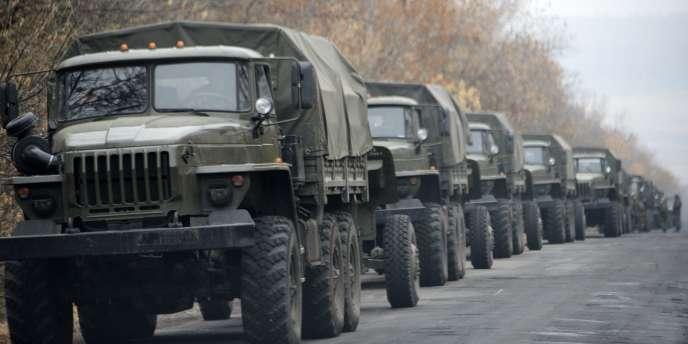 Des véhicules militaires près de Snijne, à 50 kilomètres de Donetsk, le8novembre 2014.