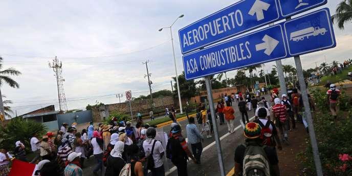 Des étudiants bloquent l'aéroport d'Acapulco, au Mexique.