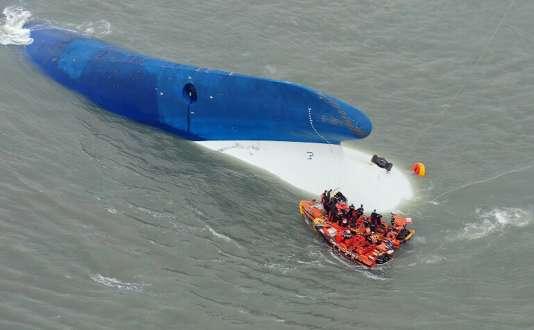 Des gardes-côtes sud-coréens à la recherche de passagers du «Sewol», le16avril2014.