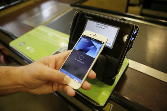 Un homme paye avec Apple Pay, le 17 octobre 2014.