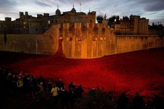 """L'installation """"Blood Swept Lands and Seas of Red"""", marée de coquelicots autour de la Tour de Londres."""