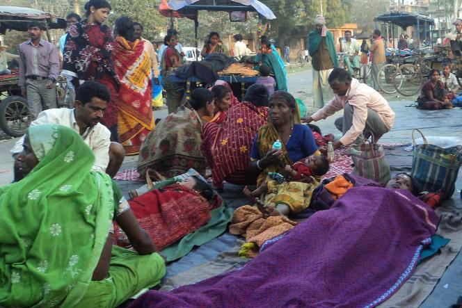 Des Indiennes attendent le tour lors d'une campagne de stérilisation de masse, à Malda, en février 2013.