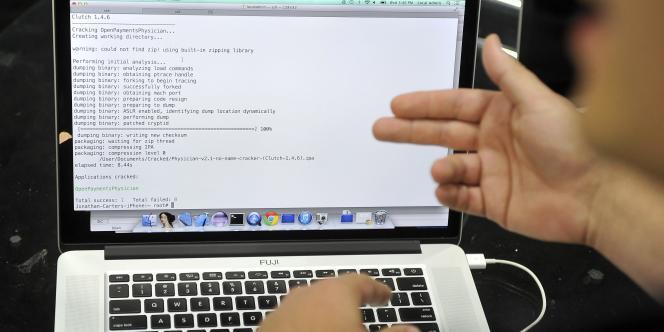 Un hacker fait une démonstration lors de la conférence Black Hat USA, le 6 août 2014.