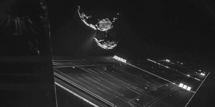 Photo d'un panneau solaire de l'orbiteur Rosetta et de la comète 67P/Tchourioumov-Guérrassimenko prise depuis Philae, le 15 octobre, à environ 16 km de la comète.