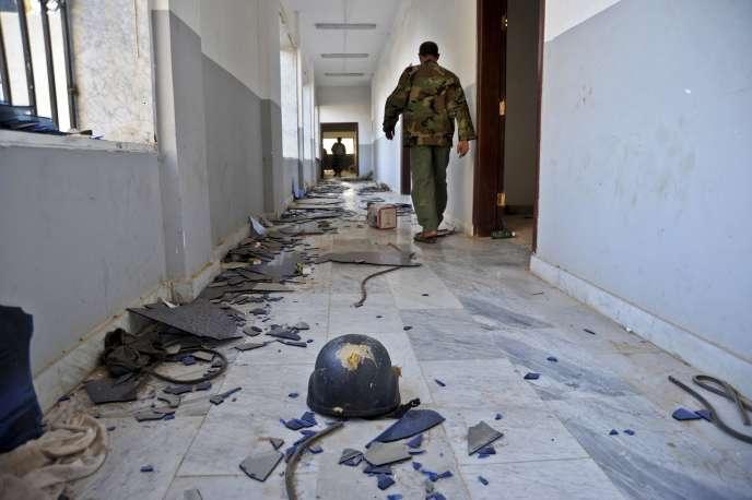 Le 3 novembre, à Benghazi,  un soldat libyen découvre les couloirs d'un immeuble utilisé comme base d'attaque par des milices islamistes dans la deuxième ville du pays.