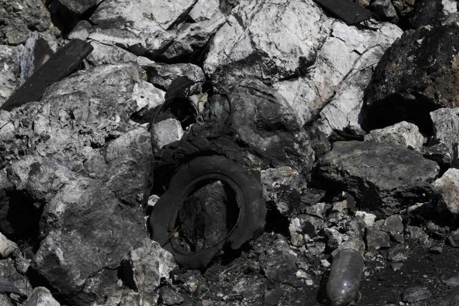 Un pneu carbonisé à Cocula, près d'Iguala, où des restes humains ont été retrouvés le8novembre.