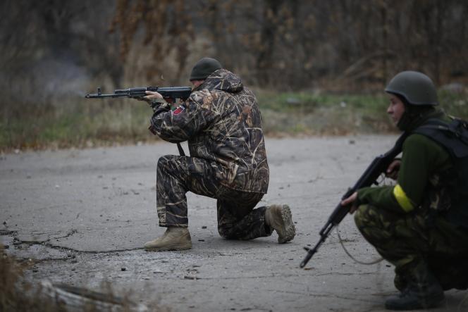 Des volontaires ukrainiens lors de combats près de Donetsk, le 12 novembre.