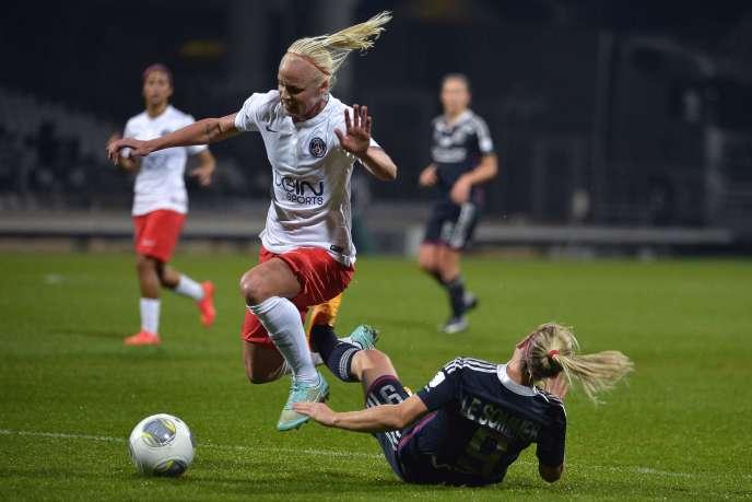La Lyonnaise Eugénie Le Sommer et la joueuse du PSG Caroline Seger lors du match de Ligue des champions féminine, le 12 novembre.