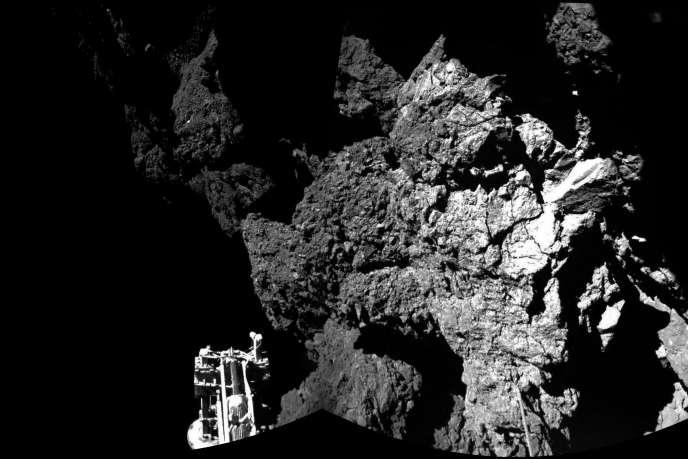 Image prise par le module Philae, dont on aperçoit l'un des trois pieds, de la comète