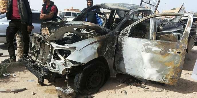 Sur les lieux d'un attentat à la voiture piégée à Tobrouk, le 12 novembre.