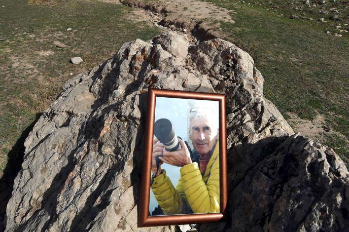 Un portrait d'Hervé Gourdel à Bouira, au sud de l'endroit où il avait été enlevé, lors d'une cérémonie en son hommage le 10 octobre 2014.