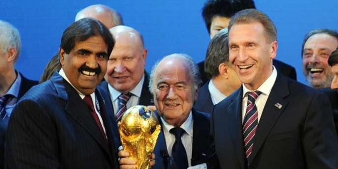 Sepp Blatter entouré du cheikh Hamad bin Khalifa Al-Thani (à gauche) et d'Igor Chouvalov, lors de l'attribution des Mondiaux 2018 et 2022, le 2 décembre 2010.