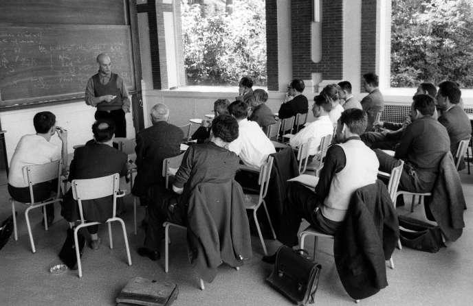 Le mathématicien Alexandre Grothendieck en train d'enseigner, à Paris, dans les années 1960.